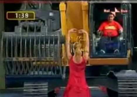 İş makinasıyla striptiz - 16